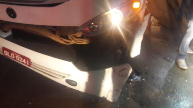 Buracos na pista fazem mulher bater carro de frente em circular em Porto Velho