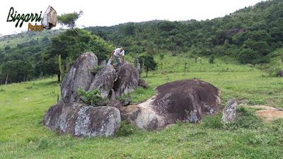 Bizzarri fazendo o que gosta, garimpando pedras na pedreira. Na foto, a pedido de um paisagista, escolhendo pedras para paisagismo com pedras, sendo pedras do tipo naturais para ponte de pedra, banco de pedra, escultura de pedra e lagos com pedras.
