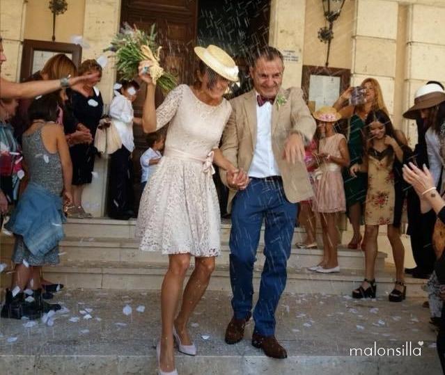 Novios saliendo con arroz cayendo, novia con canotier by malonsilla