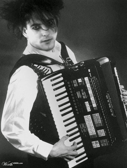 Robert Smith playing an accordion / Ο Ρόμπερτ Σμιθ των Cure με ακορντεόν