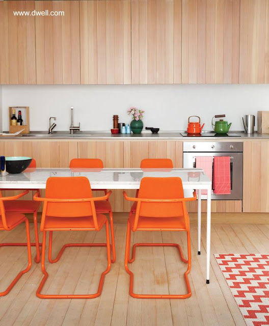 Modelo de cocina moderna actual con madera y color naranja