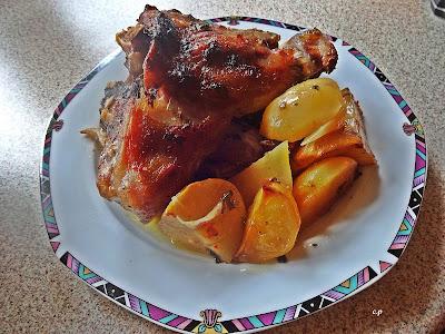Πιάτο με κότσι χοιρινό και πατάτες στη γάστρα
