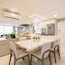 Cozinha integrada à sala de jantar com ilha, cores claras e decor sofisticado!