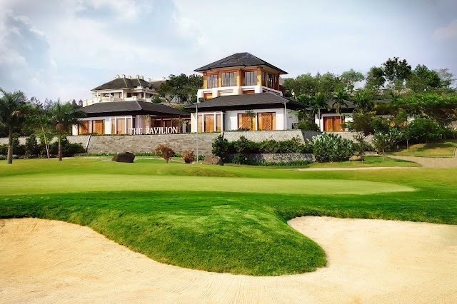 THE LUXURIOUS COMBINATION OF NATURE'S GIFTS AND EXQUISITE FACILITIES AT THE RAINBOW HILL GOLF CLUB
