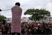 Pasangan Homoseksual di Aceh di Hukum Cambuk