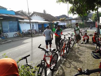 Pesepeda banyak berdatangan untuk bersantai