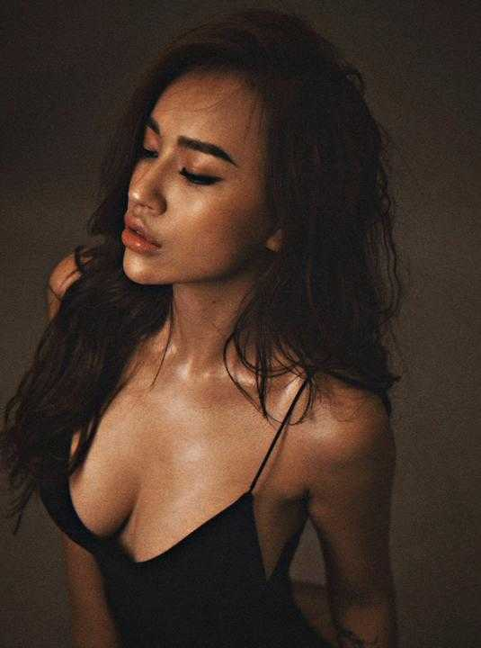 DJ Tít lạ lẫm với làn da nâu nóng bỏng và vóc dáng sexy