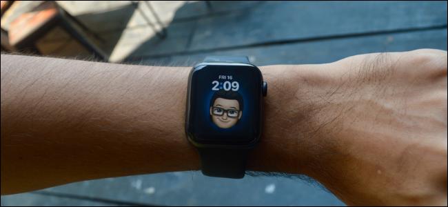 مستخدم Apple Watch يستخدم Memoji Watch Face