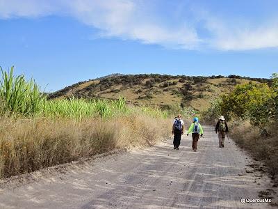 Acercánse al Cerro San Miguel por una brecha de San Isidro Mazatepec