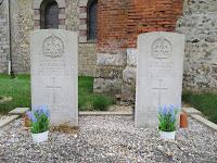 Tombes des deux soldats écossais au cimetière de Saussay-la-Campagne