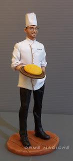statuina regalo ragazzo cuoco con occhiali scultura personalizzata su commissione uomo in miniatura lombardia orme magiche