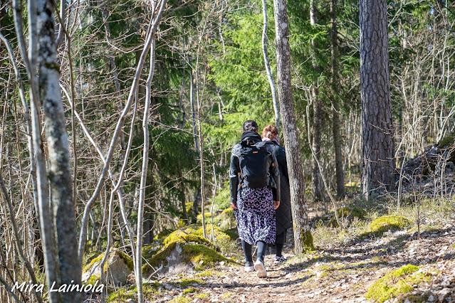 Kaksi naista kävelee metsäpolulla