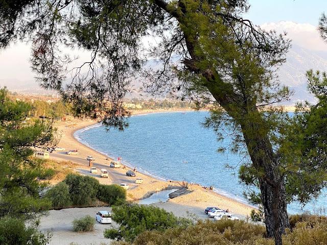 Вид с холма на длинную песчаную полосу пляжа Чалыш