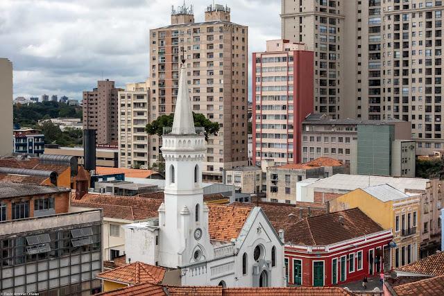 Vista da torre da Igreja da Ordem a partir do Mirante Marumbi