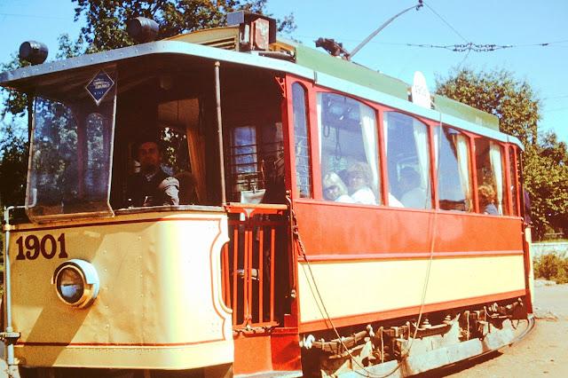 1986 год. Рига. Экскурсия по городу на ретро-трамвае. В кабине - первый водитель обновленного ретро-трамвая Лаймонис Виткус