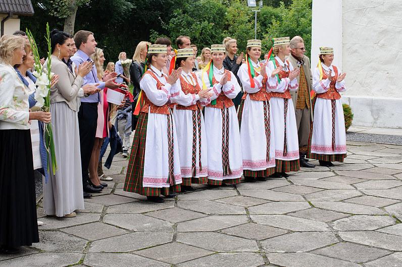 tradiciniai lietuviški šokia per vestuves