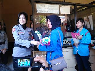 Apresiasi Kinerja Kepolisian, Mahasiswi Jember Beri Bunga