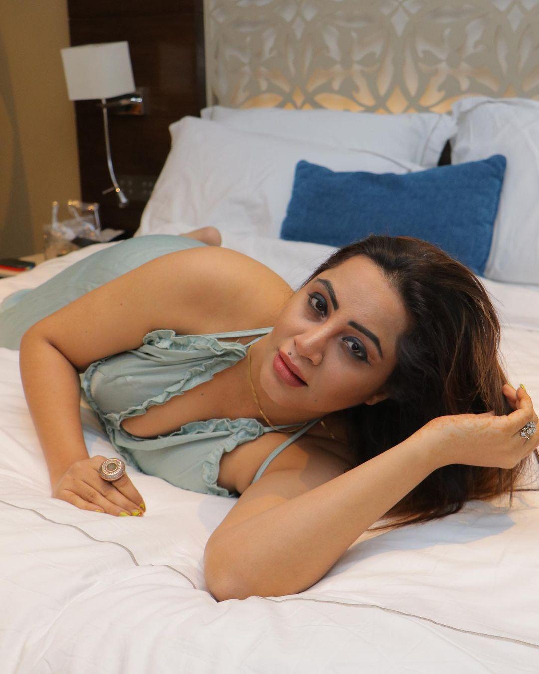 Arshi khan ullu actress hot photos gallery
