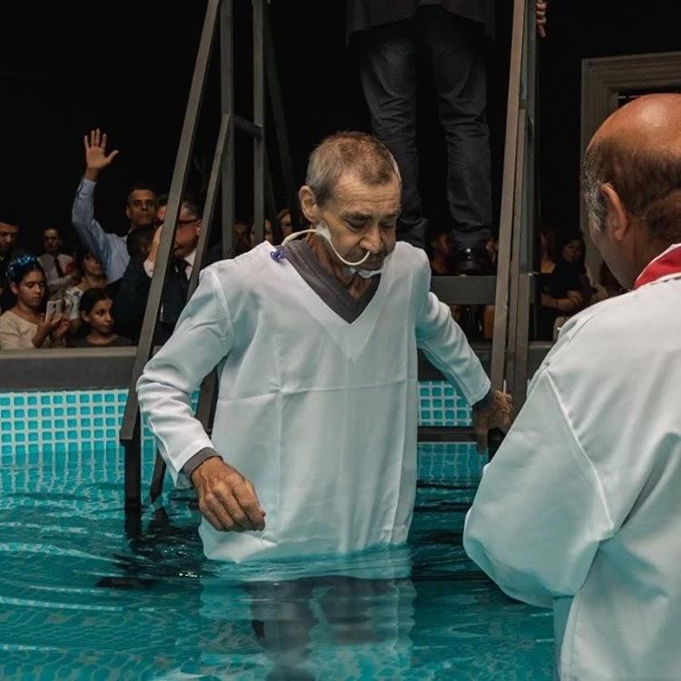 Batismo de idoso com sonda emociona internautas