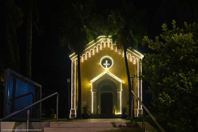 Capela Nossa Senhora da Glória enfeitada com iluminação de Natal