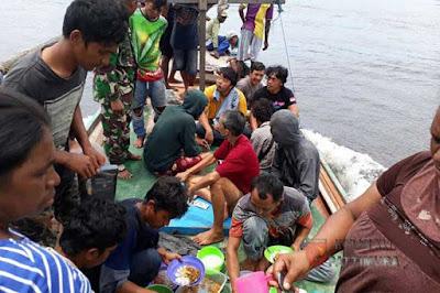 Ambon, Malukupost.com - Sebanyak 16 penumpang dan ABK (anak buah kapal) KM Lingkar yang tenggelam di Perairan Aru, Maluku, diselamatkan oleh Satgas Yonif Raider 515 Kostrad pada Minggu (26/11), sementara 10 orang lainnya belum ditemukan. Siaran pers Penerangan Kodam XVI/Pattimura yang diterima media ini di Ambon, Senin (27/11) menyebutkan KM Lingkar tenggelam di sekitar perairan Batu Bendera, Sungai Benjina pada Minggu dini hari.
