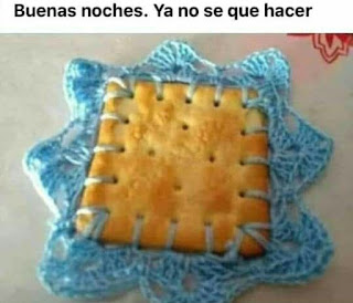 galleta con bordado azul celeste