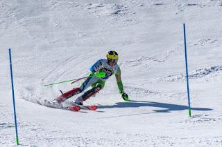 esportista praticando esqui alpino
