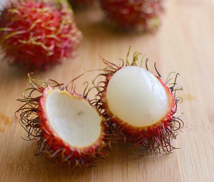 Rambután, fruta exótica originaria de Asia, dulce y muy carnosa