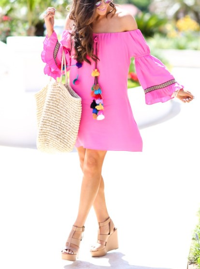 Street style - Vestido sem ombros, rosa e com pompons de várias cores