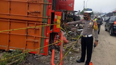 Tragis,  Truk Tronton Alami Rem Blong Tabrak Lima Rumah dan Kendaraan Lainnya