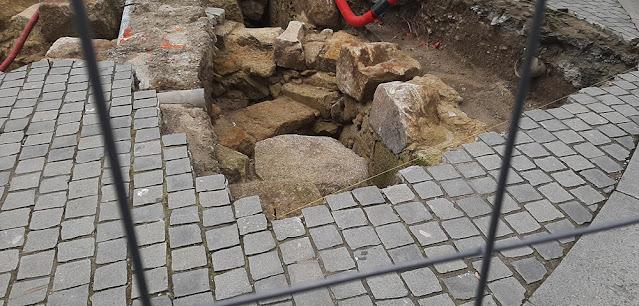 vestígios arqueológicos no Largo dos Lóios