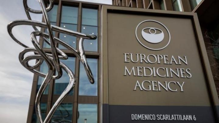 Η Ελλάδα αναμένει τις αποφάσεις του ΕΜΑ για το εμβόλιο της AstraZeneca