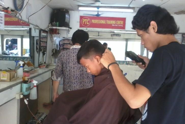 Bisnis Barber Shop (Potong Rambut Pria) - Peluang Usaha UKM 8bd6f08800