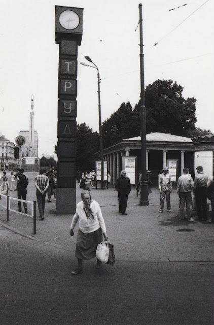 """1987 год. Рига. На углу улицы Ленина и бульвара Падомью возле часов """"Труд"""" (""""Лайма"""")"""