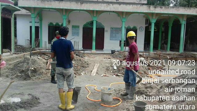 Tumbuhkan Jiwa Gotong-royong, Personel Jajaran Kodim 0208/Asahan Bantu Warga Pengecoran Pondasi Masjid