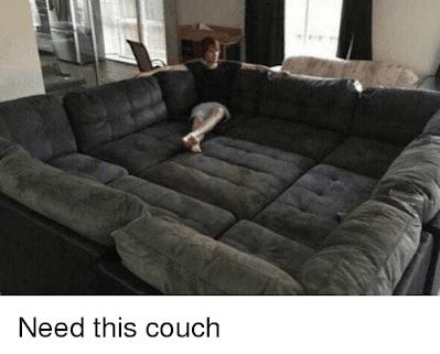 Mann sitzt auf bequemer Couch