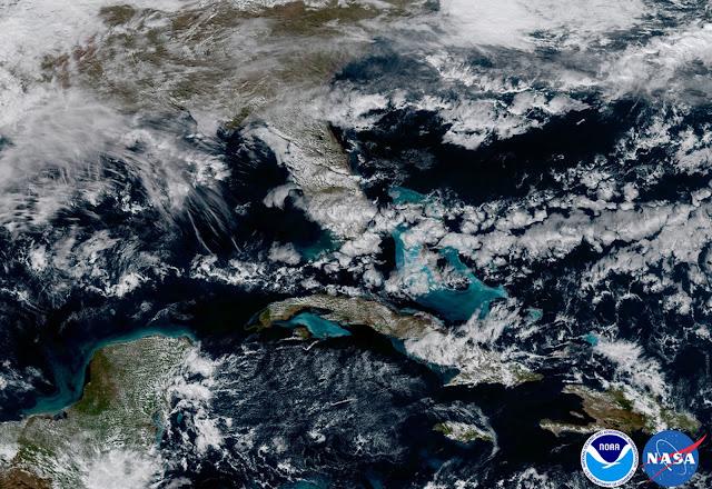 Vùng biển Caribbe và Florida nhìn từ vệ tinh GOES-16, vùng nước cạn có màu xanh nhạt hơn. Hình ảnh: NOAA/NASA.