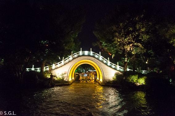 Puente sobre el lago Shan Hu. Guilin. China