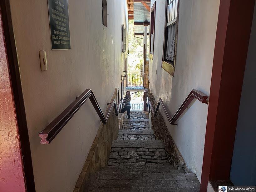Escada de acesso aos quartos e à área de café da Pousada Arcadia Mineira - dica de pousada em Ouro Preto