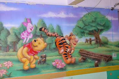 Mural namalowany w sali przedszkolnej, malowanie na ścianie dziecięcych motywów
