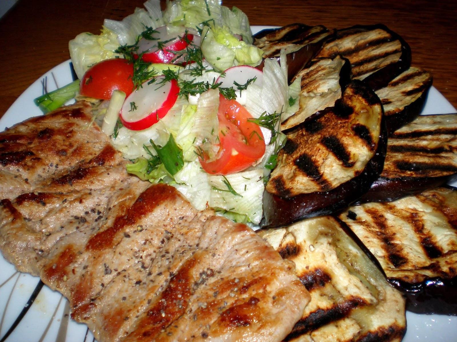 Mușchiuleț de porc, vinete pe grill și salată iceberg
