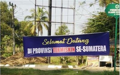 spanduk Selamat sukses Pemerintah Aceh juara bertahan provinsi termiskin se-Sumatera