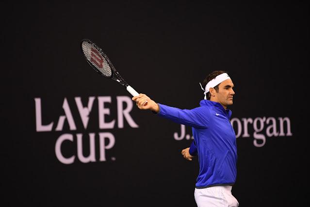Roger Federer executa batida de backhand durante treino da Laver Cup