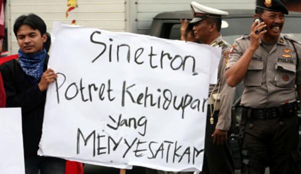Lima Alasan Kita Perlu Menyelamatkan Diri dan Keluarga dari Acara Televisi di Indonesia