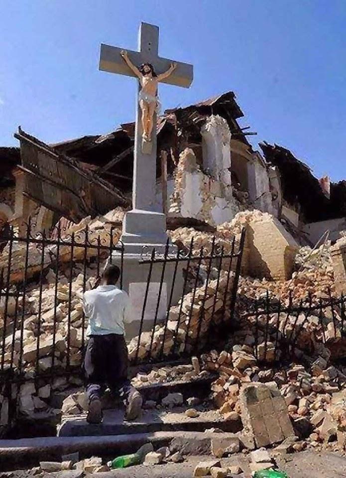 O Crucificado incólume junto às ruínas da catedral de Port-au-Prince, após o terremoto de Haiti em 2010