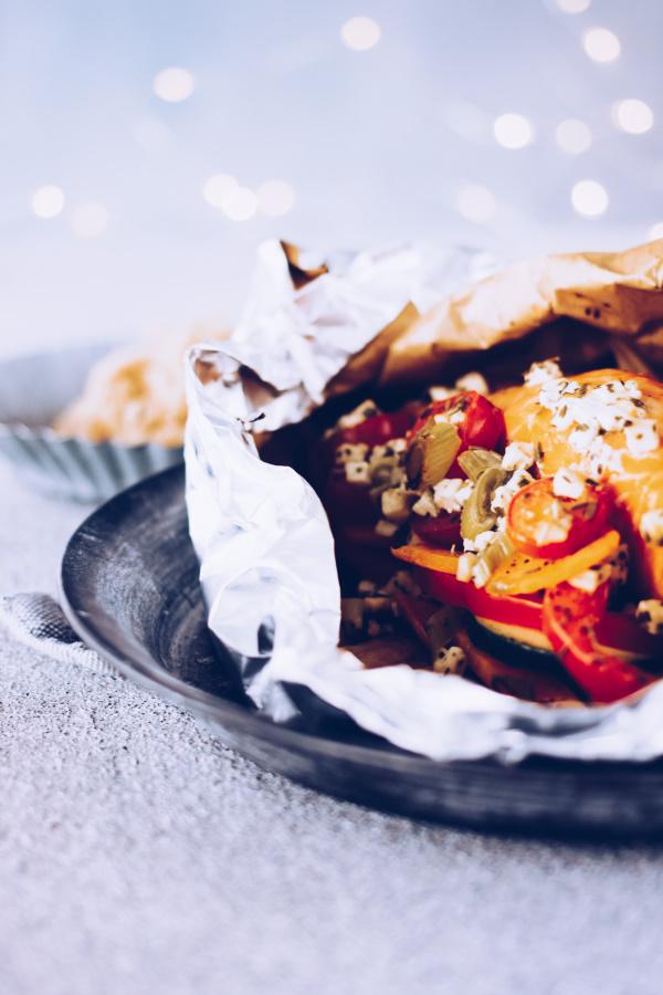 Fisch grillen: Rezept für Grillpäckchen mit Lachs und Süßkartoffeln ohne Aluminium. By titatoni.de