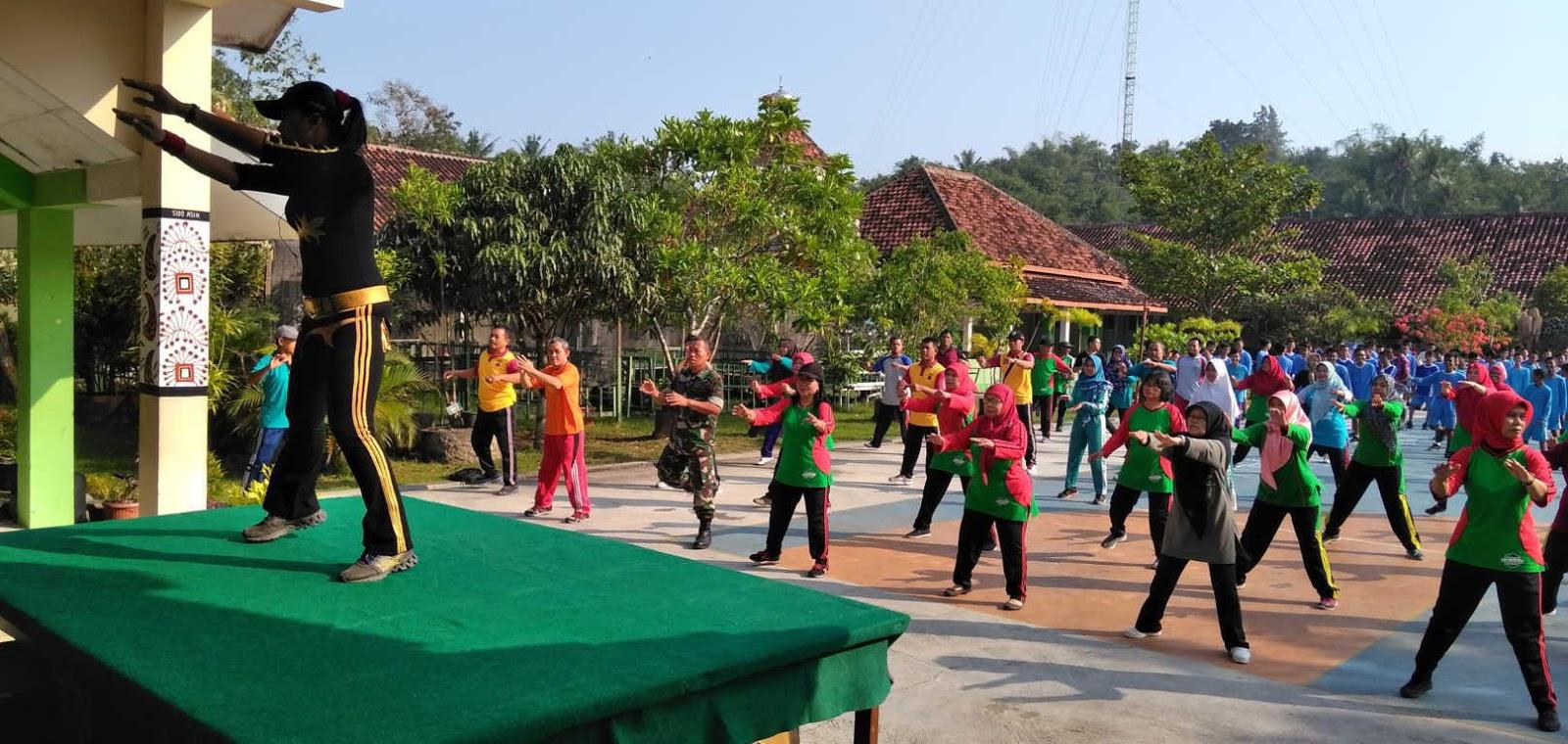 Personil Polsek Pandak Bersama Muspika Melaksanakan Senam
