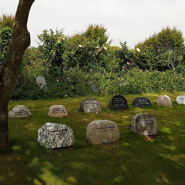 Rund um den Ringkøbing Fjord, Teil 1: Drei Badestellen und eine weiße Kirche. Der Friedhof der dänischen Kirche strahlt eine tiefe Ruhe aus.