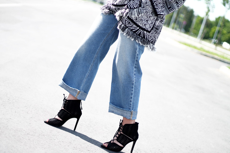 Spring outfit 2016 culotte jeans, fringes, lace-up shoes