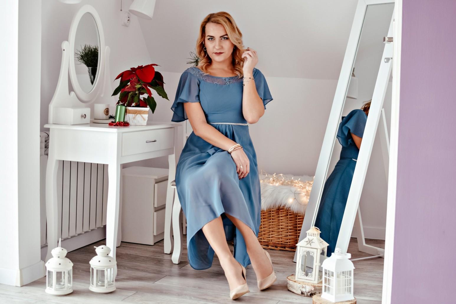 Błękitna sukienka typu księżniczka